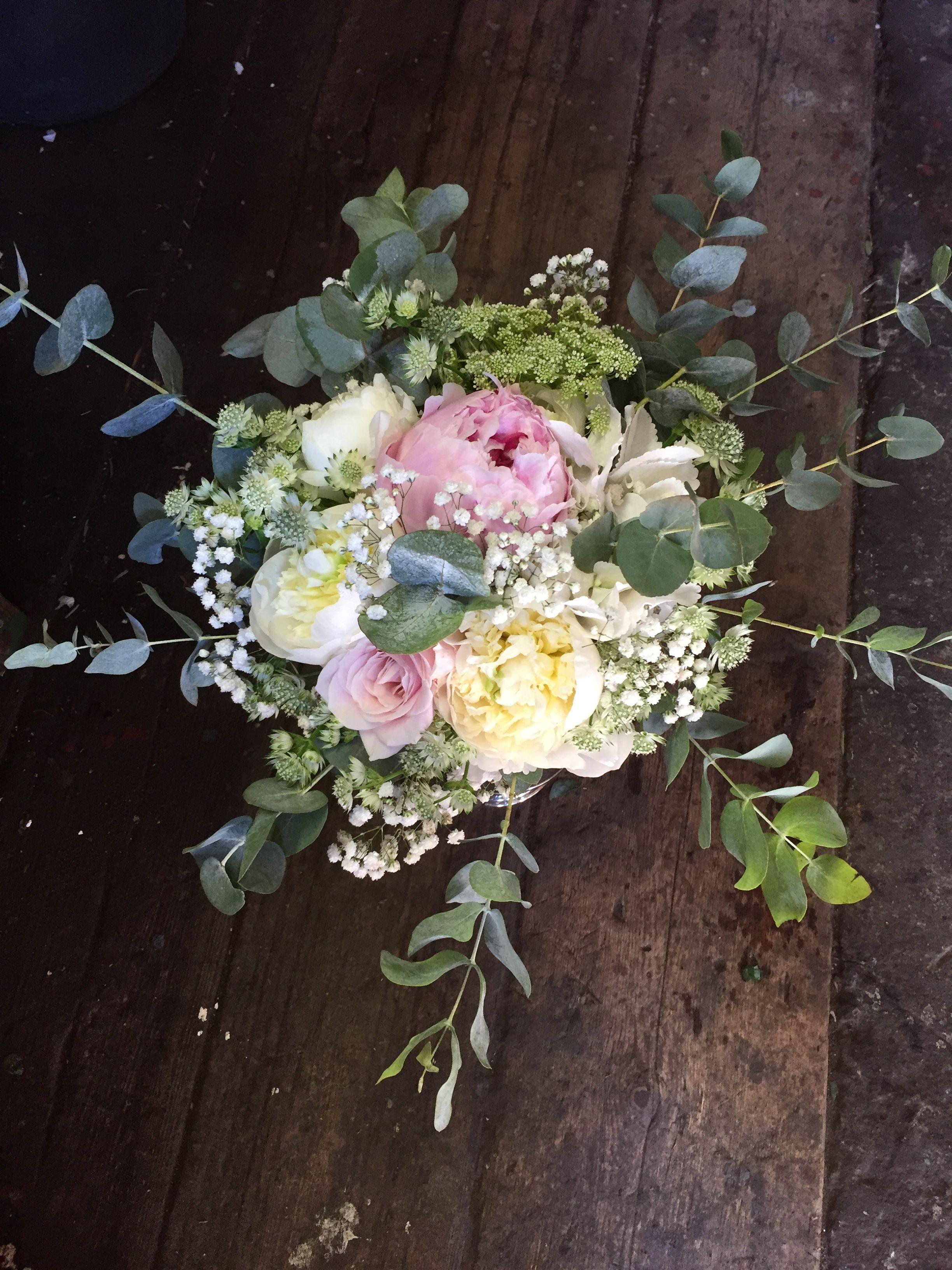 084ddf379cb2 Tärnbukett med vita & rosa rosenpioner, brudslöja, rosa rosor, vit  stjärnflocka, ammimajus och eukalyptus