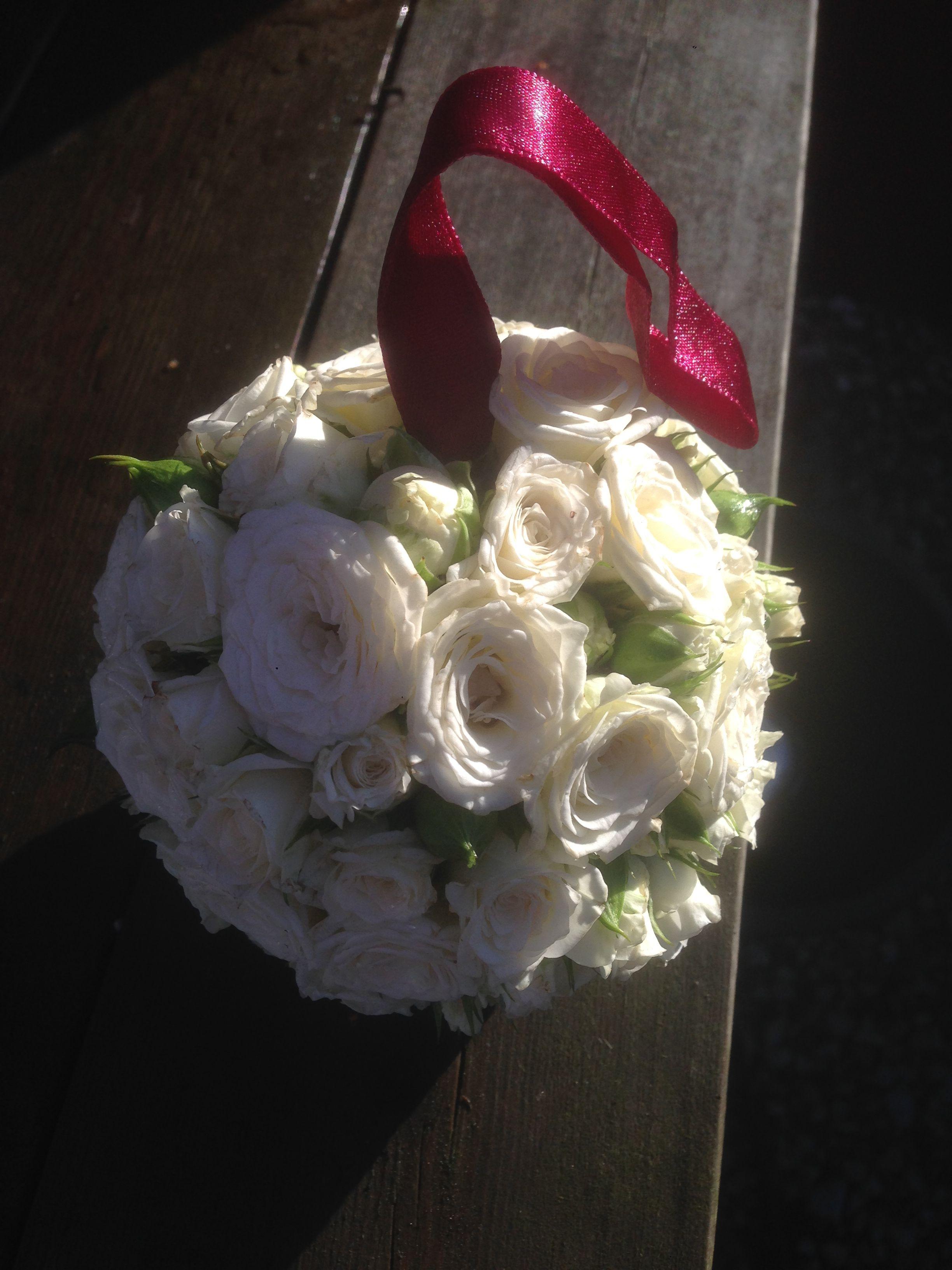 029901555576 Näbboll med vita kvistrosor och vinrött sidenband
