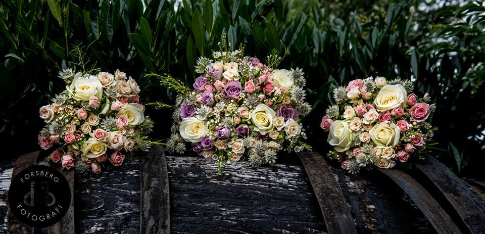 3640b69db4bd Brudbukett och två tärnbuketter med rosa, lila och vita rosor, samt  vaxblomma och stjärnflocka
